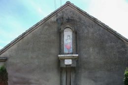 Kapliczka gablowa z 1913 r. z figurą Matki Boskiej z Dzieciątkiem. Fundatorzy Marianna i Wojciech Kaczmarkowie. Bonikowo, gmina Kościan, powiat kościański.