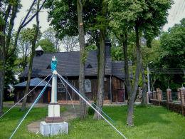 Przydrożna kapliczka kolumnowa z figurą Matki Boskiej przy kościele św. Mikołaja. Bonikowo, gmina Kościan, powiat kościański.