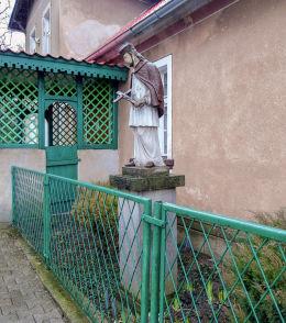 Przydrożna kapliczka św. Jana Nepomucena przed plebanią. Bonikowo, gmina Kościan, powiat kościański.
