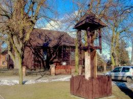 Przydrożna kapliczka na placu przed kościołem. Bronikowo, gmina Śmigiel, powiat kościański.