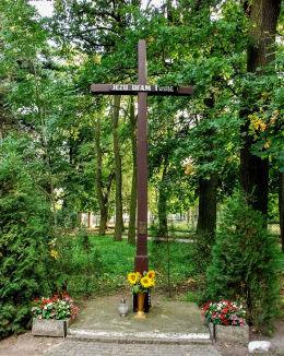 Krzyż w parku dworskim, obok kościoła Katarzyny Sieneńskiej. Choryń, gmina Kościan, powiat kościański.