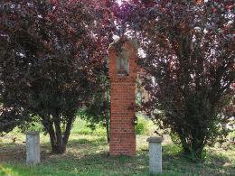 Przydrożna neogotycka kapliczka słupowa przy ulicy 27 Stycznia. Czacz, gmina Śmigiel, powiat kościański.