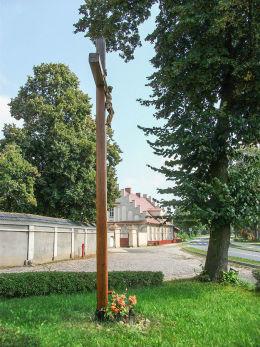 Przydrożny krzyż na placu przykościelnym. Czacz, gmina Śmigiel, powiat kościański.
