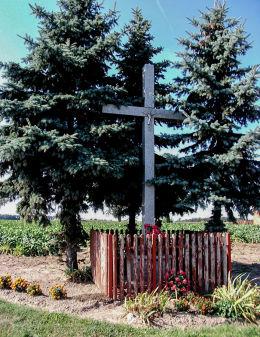 Krzyż przydrożny przy drodze ze Śremu do Starego Gołębina. Donatowo, gmina Czempiń, powiat kościański.
