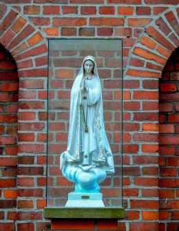 Kapliczka Matki Bożej Fatimskiej przy kościele parafialnym św. Katarzyny Aleksandryjskiej. Głuchowo, gmina Czempiń, powiat kościański.