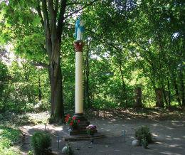Kolumnowa kapliczka Matki Boskiej w parku pałacowym ufundowana w marcu 1912 r. Gorzyczki, gmina Czempiń, powiat kościański.