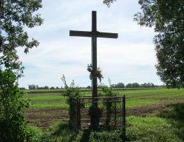 Krzyż przydrożny na skraju wsi przy drodze do Nowego Gołębina. Gorzyczki, gmina Czempiń, powiat kościański.