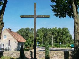 Krzyż przy kościelnym murze z widokiem na drogę do Racotu. Gryżyna, gmina Kościan, powiat kościański.