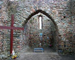 Kaplica stworzona przez mieszkańców w ruinach kościoła św. Marcina z XIII w. Gryżyna, gmina Kościan, powiat kościański.