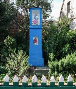 Przydrożna kapliczka Matki Boskiej z Dzieciątkiem przed domem nr 16. Januszewo, gmina. Kościan, powiat kościański.
