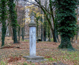 Kapliczka słupowa św. Jana Nepomucena w parku pałacowym. Jarogniewice, gmina Czempiń, powiat kościański.