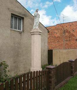Przydrożna kapliczka słupowa z figurą Chrystusa. Jarogniewice, gmina Czempiń, powiat kościański.