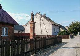 Przydrożna kapliczka kolumnowa z figurą św Wawrzyńca przy ulicy 3 Maja. Jerka, gmina Krzywiń, powiat kościański.