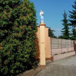 Przydrożna kapliczka kolumnowa z figurą Matki Boskiej z Dzieciątkiem. Jerka, gmina Krzywiń, powiat kościański.