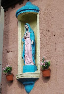 Kapliczka z figurą Matki Boskiej na ścianie domu przy ulicy 3 Maja. Jerka, gmina Krzywiń, powiat kościański.
