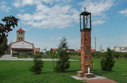 Przydrożna kapliczka św. Floriana przed remizą OSP. Jerka, gmina Krzywiń, powiat kościański.
