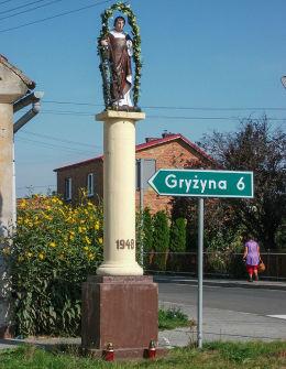 Przydrożna kapliczka kolumnowa z figurą św. Wawrzyńca z 1948 r. Jurkowo, gmina Krzywiń, powiat kościański.