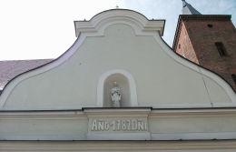 Kapliczka wnękowa z figurą Matki Boskiej nad wejściem do kruchty. Krotoszyn, powiat krotoszyński.