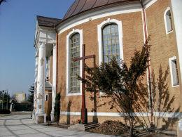 Krzyż przy kościele św. Andrzeja Boboli. Krotoszyn, powiat krotoszyński.