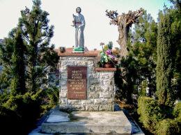 Kapliczka przydrożna z figurą św. Józefa fundacji rzemieślników. Sulmierzyce, powiat krotoszyński.