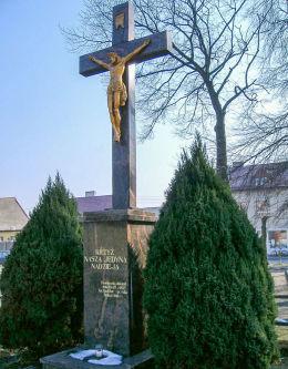 Krzyż milenijny przy kościele Wniebowzięcia NMP. Sulmierzyce, powiat krotoszyński.