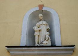 Kapliczka niszowa św. Jana Bosko w murze kościoła św. Jana Chrzciciela. Zduny, powiat krotoszyński.