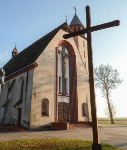 Krzyż i kościół Najświętszego Serca Pana Jezusa. Drobnin, gmina Krzemieniewo, powiat leszczyński.