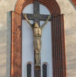 Ukrzyżowanie nad wejściem do kościoła Najświętszego Serca Pana Jezusa. Drobnin, gmina Krzemieniewo, powiat leszczyński.