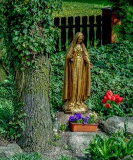 Figura Matki Boskiej w ogrodzie plebanii. Górka Duchowna, gmina Lipno, powiat leszczyński.