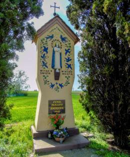 Przydrożna kapliczka Matki Boskiej przy drodze do Sierpowa. Górka Duchowna, gmina Lipno, powiat leszczyński.
