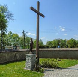 Figura Matki Boskiej i krzyż przy kościele Wszystkich Świętych. Kąkolewo, gmina Osieczna, powiat leszczyński.