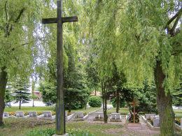 Krzyż na cmentarzyku franciszkanów. Osieczna, powiat leszczyński.