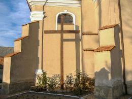 Krzyż przy kościele Najświętszej Marii Panny Śnieżnej. Pawłowice, gmina Krzemieniewo, powiat leszczyński.