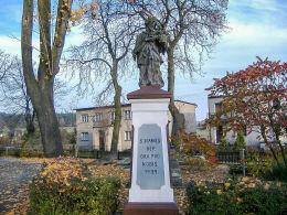 Przydrożna figura św. Jana Nepomucena z 1929 roku. Świerczyna, gmina Osieczna, powiat leszczyński.