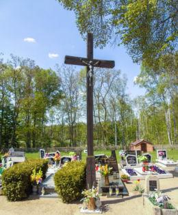 Drewniany krzyż wotywny na cmentarzu parafialnym. Świerczyna, gmina Osieczna, powiat leszczyński.