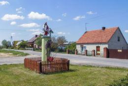 Przydrożna kapliczka z figurą Chrystusa. Świerczyna, gmina Osieczna, powiat leszczyński.