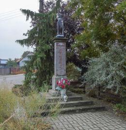 Przydrożna kapliczka słupowa św. Józefa, pomnik ofiar wojny. Wijewo, powiat leszczyński.