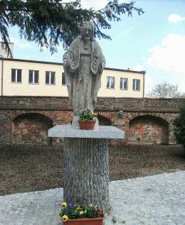 Kapliczka z figurą Chrystusa na dawnym cmentarzu przy kościele Świętej Trójcy. Włoszakowice, powiat leszczyński.