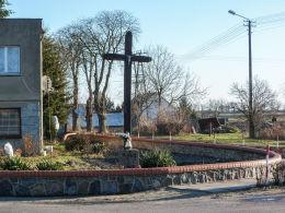 Przydrożny krzyż drewniany w centrum wsi. Zbarzewo, gmina Włoszakowice, powiat leszczyński.