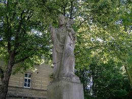 Figura św. Stanisława Biskupa przy bazylice mniejszej pw. św. Mikołaja. Leszno, Leszno.
