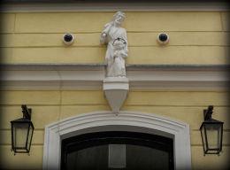 Figura św. Józefa z Jezusem nad wejściem do plebanii kościoła św. Mikołaja. Leszno, Leszno.