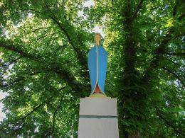 Figura Matki Boskiej na szczycie przydrożnej kapliczki stojącej przy ulicy Przemysłowej. Leszno, Leszno.