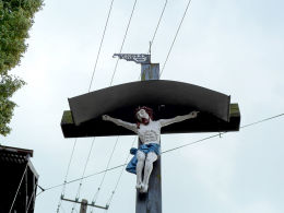 Krzyż misyjny z 1928 r. z chorągiewką z rokiem 1635 r. i inicjałami wojewody poznańskiego Jana Opalińskiego z Bnina. Bukowiec, gmina Nowy Tomyśl, powiat nowotomyski.