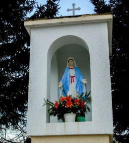 Kapliczka Matki Boskiej z 1945 r., odnowiona w 2000 r. Chrośnica, gmina Zbąszyń, powiat nowotomyski.