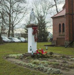 Kapliczka Matki Boskiej przy kościele pw. Zmartwychwstania Pańskiego. Kuślin, powiat nowotomyski.