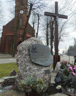Krzyż i pomnik Jana Pawła II w centrum wsi. Kuślin, powiat nowotomyski.