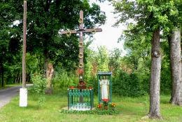 Krzyż przydrożny i kapliczka z figurą Chrystusa na skraju wsi. Łomnica, gmina Zbąszyń, powiat nowotomyski.