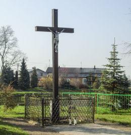 Drewniany krzyż na skraju parku pałacowego. Michorzewo, gmina Kuślin, powiat nowotomyski.