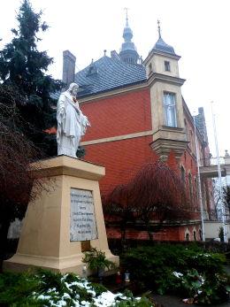 Figura Chrystusa obok ratusza. Opalenica, powiat nowotomyski.