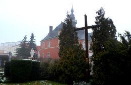 Krzyż misyjny przy kościele św. Mateusza. Opalenica, powiat nowotomyski.